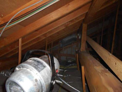 屋根裏をULV機で消毒しました。