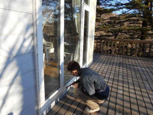 窓枠にカメムシ防除用の薬剤を塗布しました。